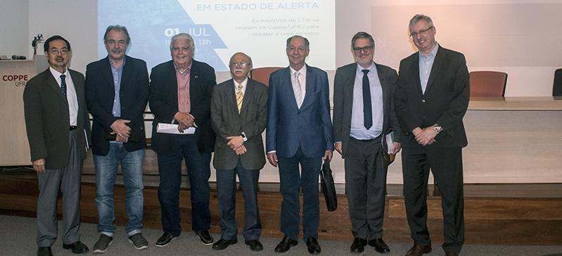 Ex-ministros debatem a Ciência brasileira em estado de alerta