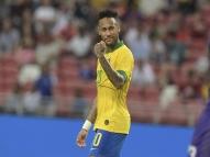 Neymar é homenageado com escultura em Paris