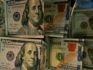 Dólar bate mínima em 2,5 anos ante rivais