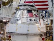 NASA abre porta da Orion e revela quarto dos astronautas