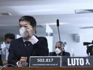 Senador leva globo terrestre para CPI e viraliza na web