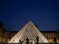 Pirâmide do Louvre, da polêmica ao aplauso unânime
