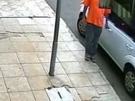 Vídeo: homem com Covid-19 é preso após tocar em maçanetas
