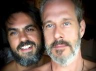 Ator Nico Puig celebra Orgulho LGBT ao lado do marido