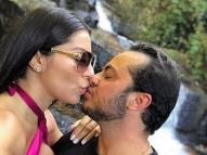 Thammy recebe carinho da esposa em banho de cachoeira