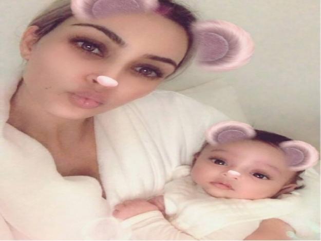 Kim Kardashian apresenta a filha caçula, Chicago West