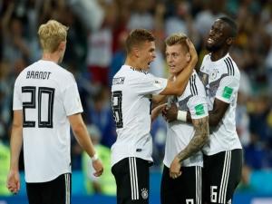 Com gol nos acréscimos, Alemanha vira e segue viva na Copa
