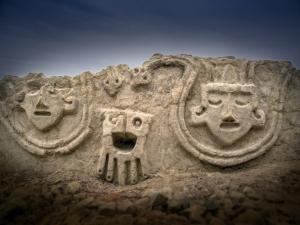 Mural esculpido há quase 4 mil anos é descoberto no Peru