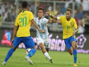 Brasil joga mal, mas bate Argentina com gol de Miranda