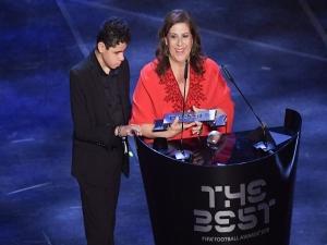Mãe que narra jogos para filho cego leva prêmio da Fifa