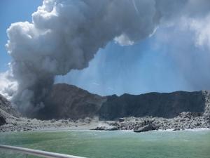 Vulcão mata pelo menos cinco pessoas na Nova Zelândia