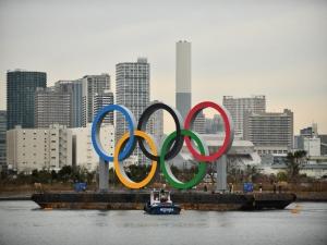 Anéis olímpicos são instalados na Baía de Tóquio