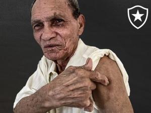 Manga, goleiro lendário, é vacinado contra a Covid-19