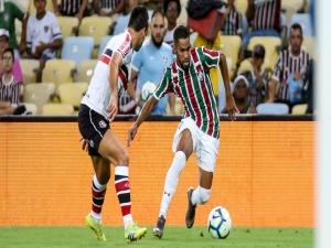 Corinthians anuncia contratação de Everaldo, ex-Fluminense