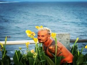 Pelado, Paulo Vilhena dá 'estrelinhas' em praia gringa