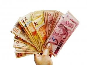 Taxista acha R$1 mil, devolve dinheiro e recusa recompensa