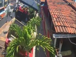 Trator cai de caminhão em cima de restaurante no Janga
