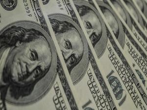 Dólar fecha em alta e bate 8º recorde histórico no mês