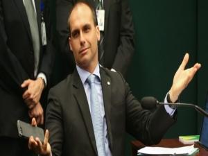 """""""Quem mandou matar Bolsonaro?"""", questiona Eduardo"""