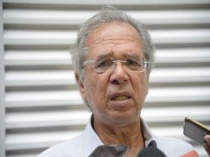 Guedes mostra desagrado com Carlos por críticas a Maia