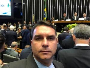 Investigação sobre sócio de Flávio Bolsonaro é suspensa