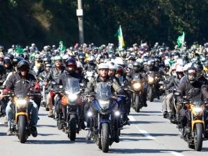 Bolsonaro passeia de moto por Brasília com Braga Netto