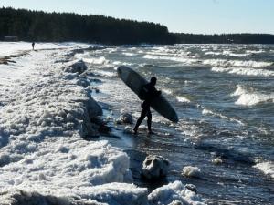Surfistas russos desafiam ondas glaciais