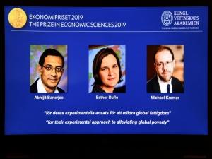 Americanos vencem Nobel por trabalhos sobre pobreza
