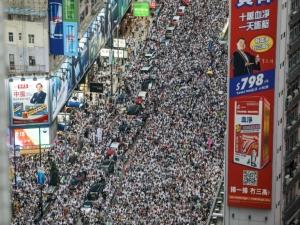 Multidão vai às ruas nos 6 meses de protestos em Hong Kong
