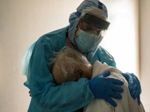 Foto de médico confortando idoso com covid-19 viraliza