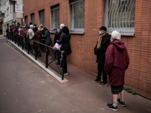 França começa a vacinar maiores de 75 anos contra Covid