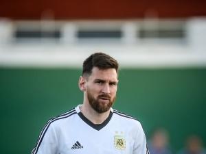 Messi se lesiona a uma semana da retomada do Espanhol