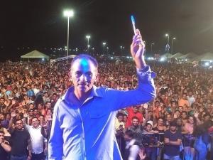 Dono do hit 'Caneta azul' recebe cachê de até R$ 20 mil
