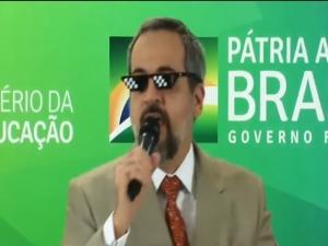 Ministro encerra fala jogando microfone e imitando meme