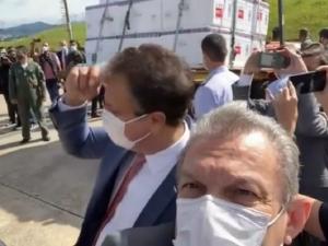 Prefeito de Fortaleza filma envio de vacinas para o Ceará