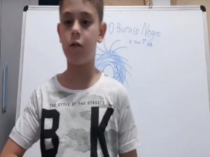 Menino de 9 anos ensina de física e matemática na internet